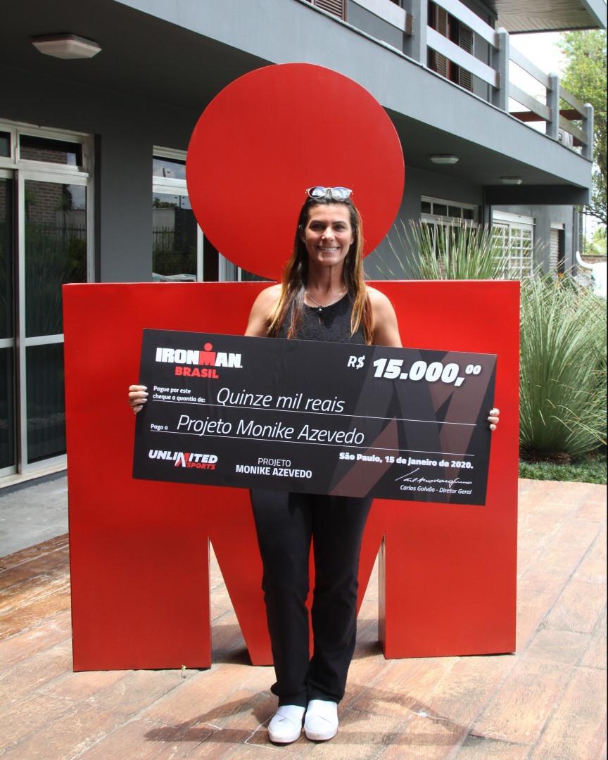 Monike e o cheque doado pela Unlimited Sports, organizadora do IM Brasil / Divulgação