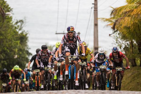Pelotão agrupado (Wladimir Togumi / Brasil Ride)