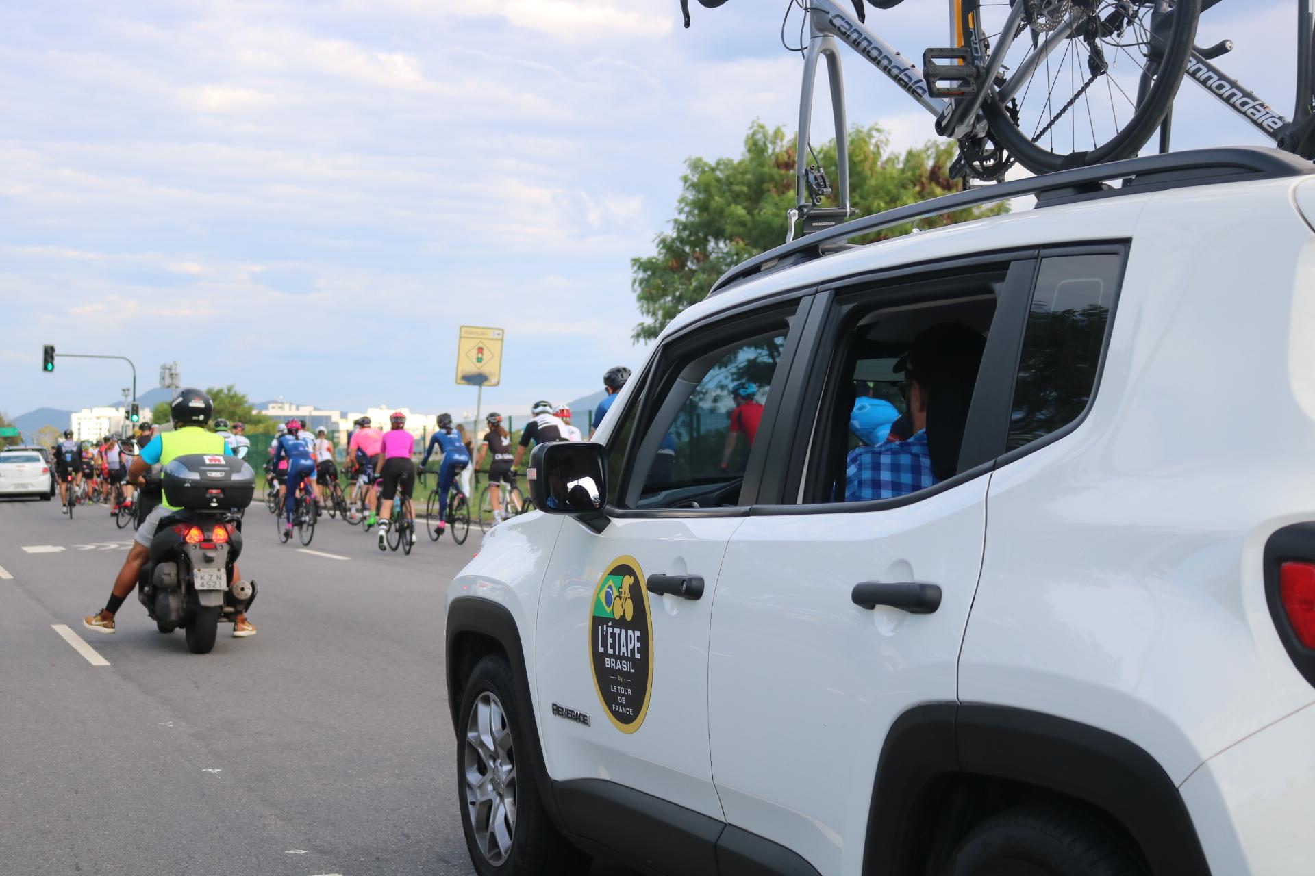 Moto e carro acompanhando os atletas