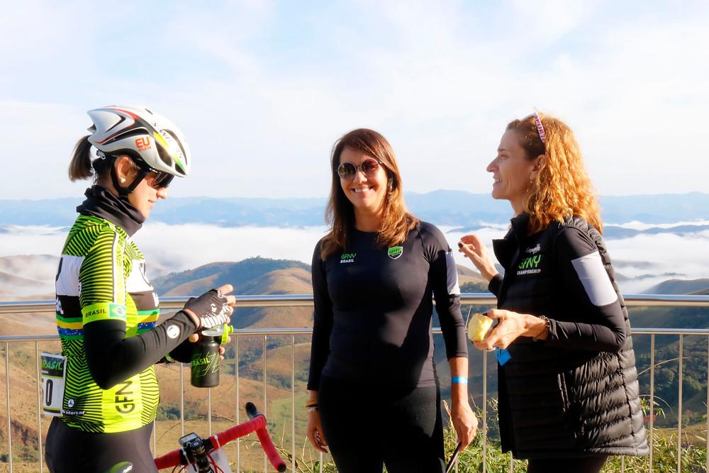 Livia Trivizol com Luisa Jucá e Rita Almeida no Mirante da Serra da Beleza / Márcio de Miranda - Planeta da Bike