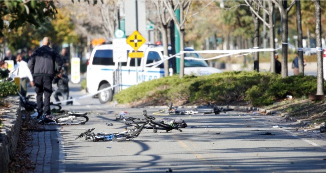 Bikes no chão após a tragédia / Brendan McDermid - Reuters