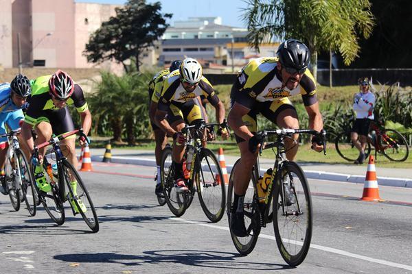 Ciclistas Promax Bardahl em ação (Divulgação)