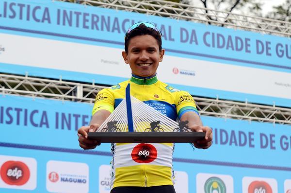 Alessandro Guimarães com troféu (Luis Cláudio Antunes/Bike76)