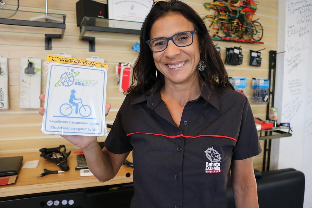 Iêda e a plaquinha comemorativa / Márcio de Miranda - Planeta da Bike