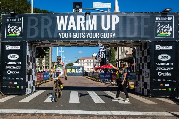 Bruno recebe a bandeirada do título  (Wladimir Togumi / Brasil Ride)