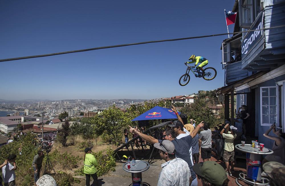 Em meio à torcida, piloto encara grande obstáculo e leva público ao delírio (Gustavo Cherro/Red Bull Content Pool)