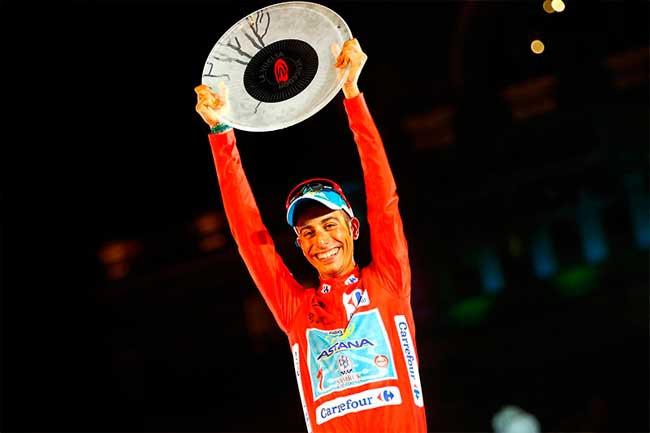 Fabio Aru e o troféu de campeão da Volta da Espanha de 2015 / Divulgação Astana
