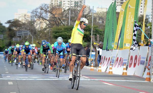 Chamorro comemora a vitória na segunda etapa (Luiz Claudio Antunes/Bike76.com)
