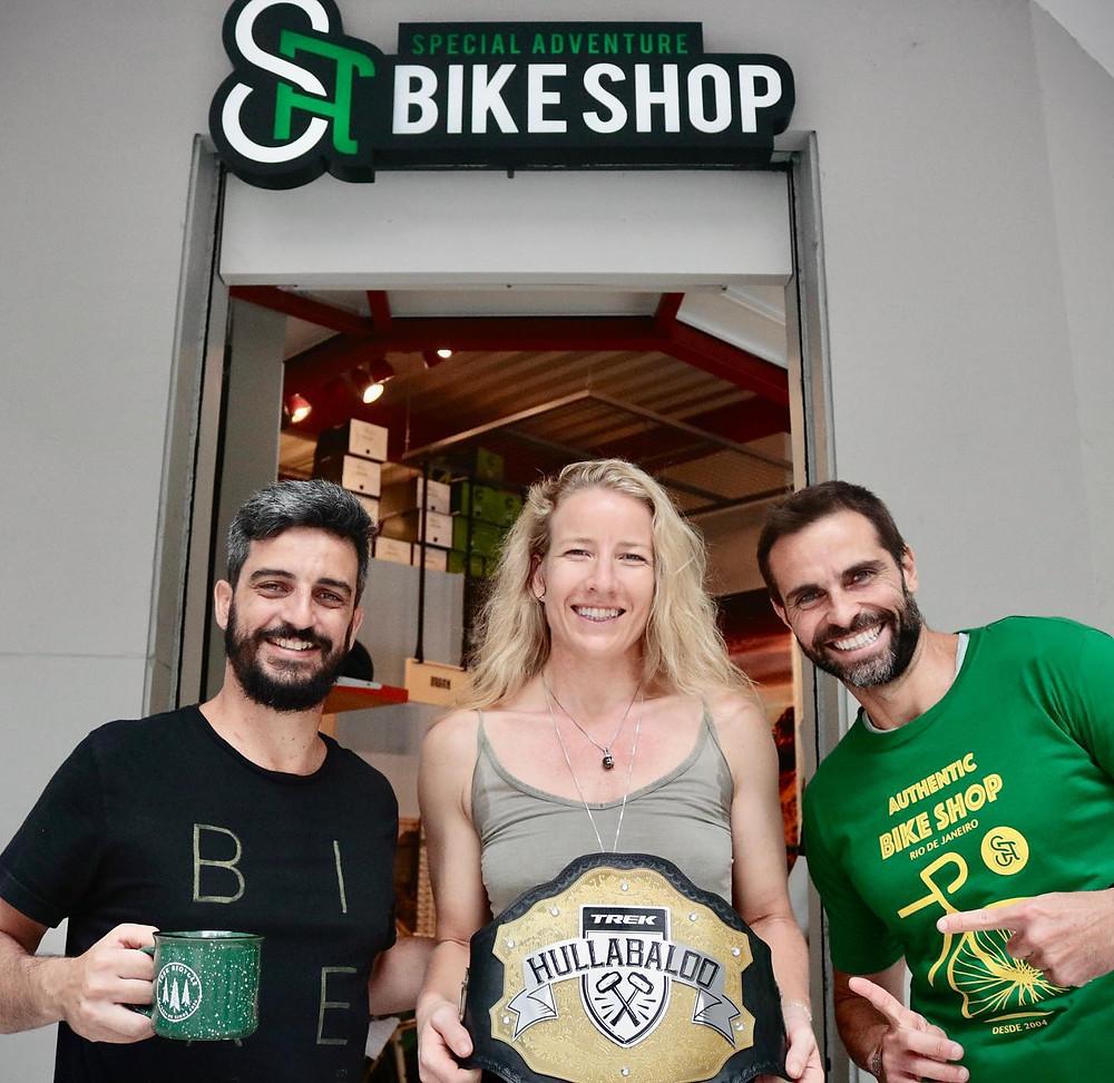André, Line e Zimbrão com cinturão do Trek Hullabaloo / Márcio de Miranda - Planeta da Bike