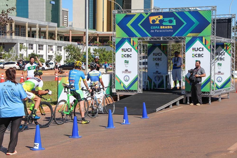 Paraciclistas indo para o gate de largada / Divulgação