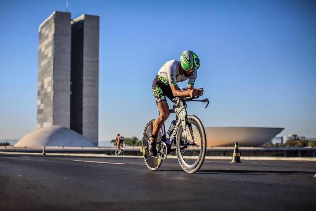 Santiago Ascenço fazendo força em Brasília / Acervo pessoal
