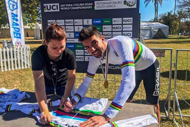 Lauro Chaman com a camisa de Campeão do Mundo / Divulgação
