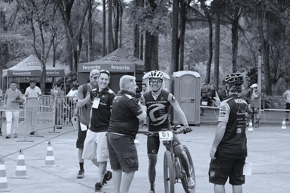 Avancini comemorando a vitória na primeira etapa da CIMTB deste ano / Márcio de Miranda - Planeta da Bike
