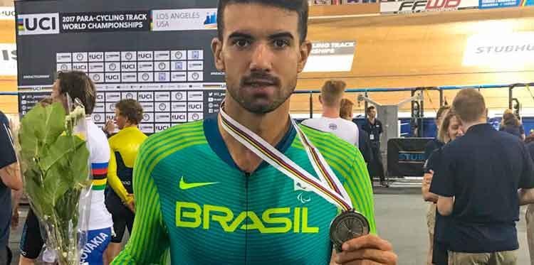 Lauro com a medalha de prata / Divulgação CBC