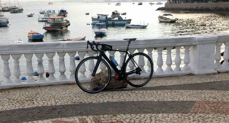 Bicicleta na mureta da Urca / Márcio de Miranda