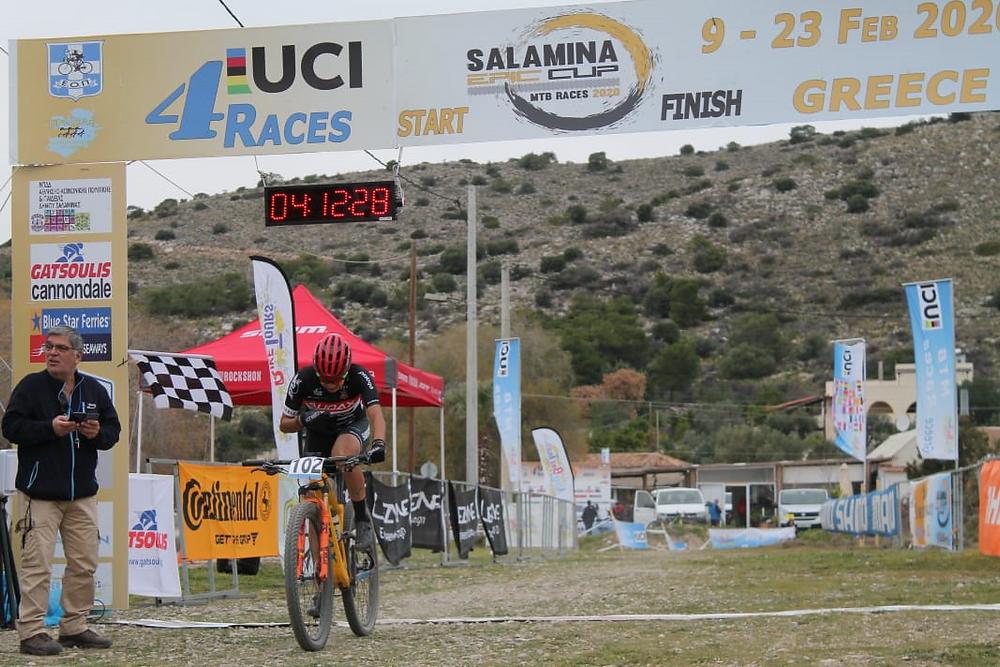 Raiza cruzando a linha de chegada na Salamina Epic MTB Cup Race / Divulgação