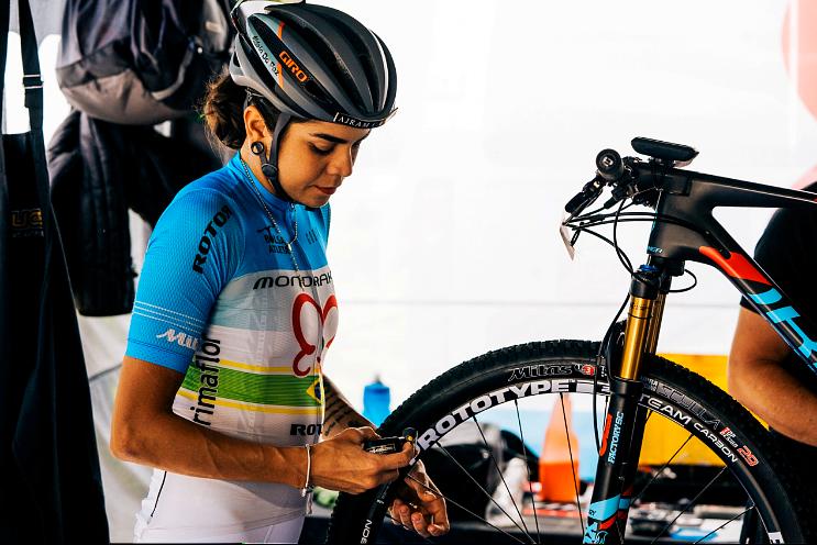 Verificando a bike antes da prova - Matthew de Lorme