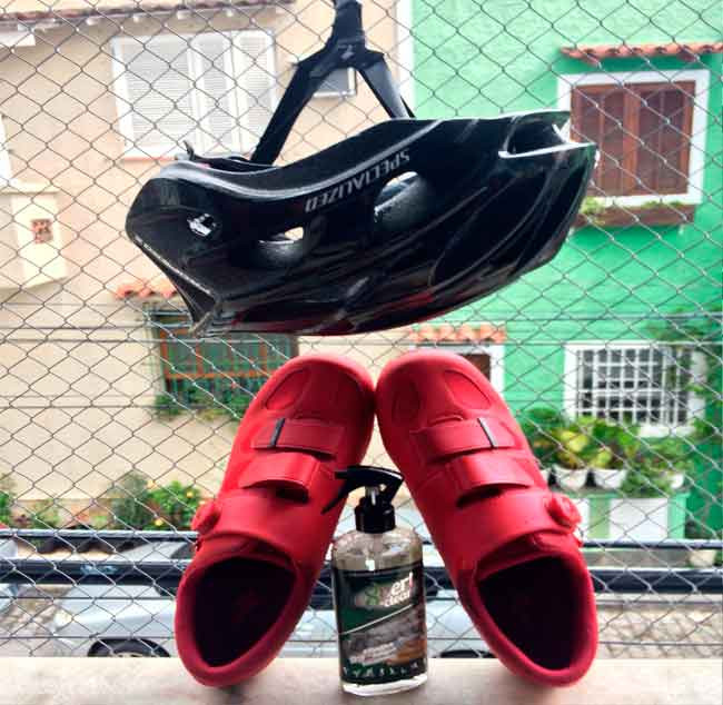 Capacete e sapatilha higienizados pelo produto | Márcio de Miranda