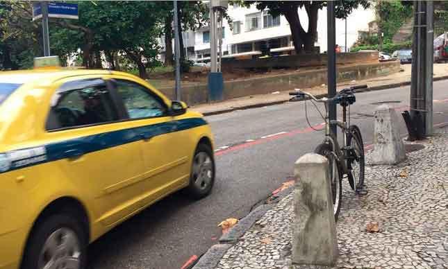Carros e ônibus invadem ciclovia: risco