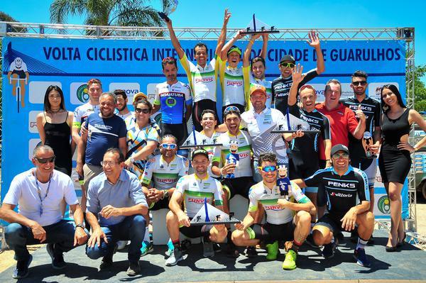 Festa no pódio da 4ª Volta Ciclística Internacional de Guarulhos (Bike76.com)