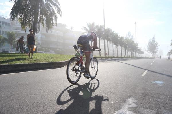 Triatletas fazendo força no pedal (Fábio Falconi/Unlimited Sports)