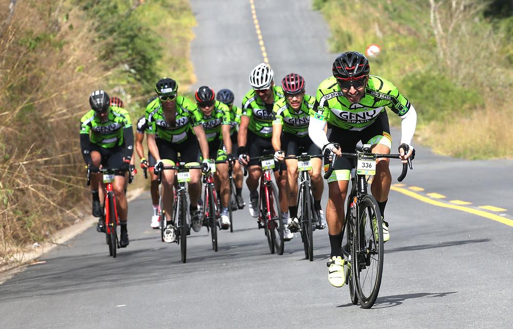 Grupo de ciclistas encarando uma das subidas / Ivo Gonzáles