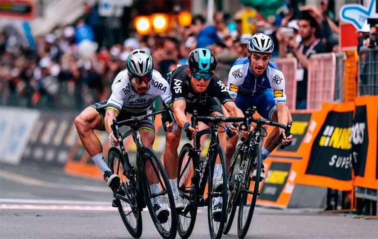 Kiatkowski (no centro) levou a melhor na Milan - San Remo / Divulgação Team Sky