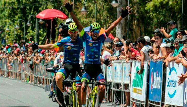 Chegada da 3ª etapa, com Alan Maniezzo em 1º e Cristian Egídio em 2º  / Eduardo Schaucoski