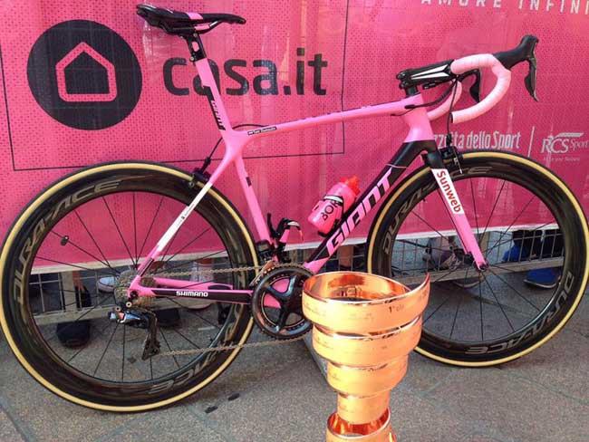 Bike rosa e o troféu de campeão / Divulgação Sunweb