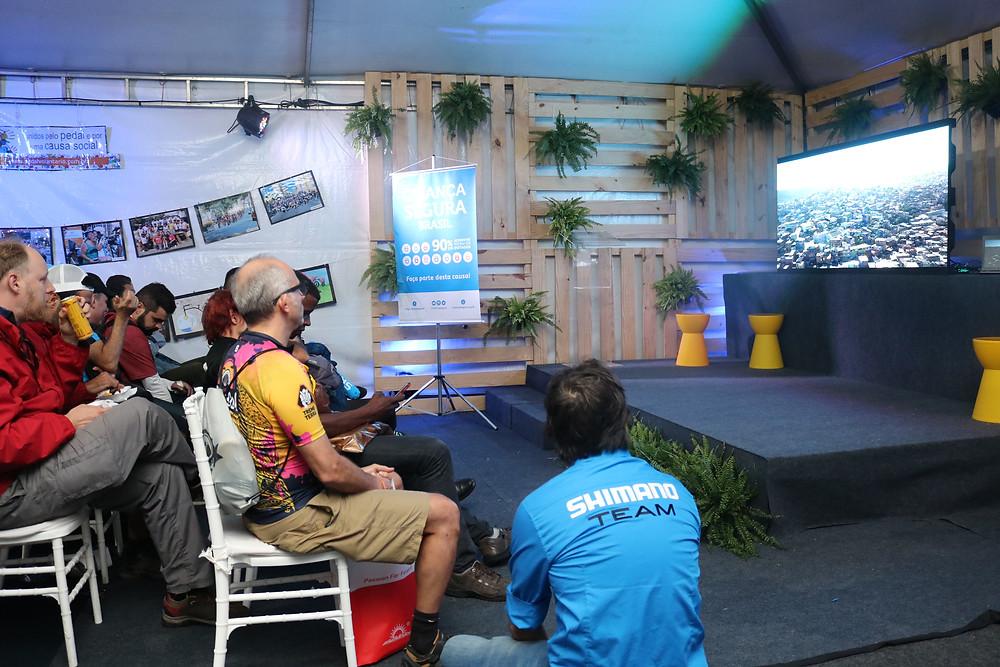 Público na Arena Mobilidade durante a exibição do filme Elo Perdido / Márcio de Miranda - Planeta da Bike