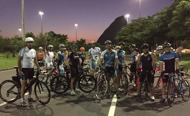 Ciclistas reunidos após o treino na APCC do Aterro do Flamengo / Márcio de Miranda