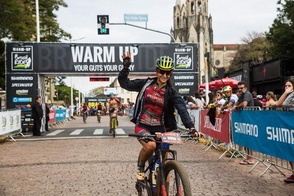 Eliane comemora a vitória na etapa  (Wladimir Togumi / Brasil Ride)