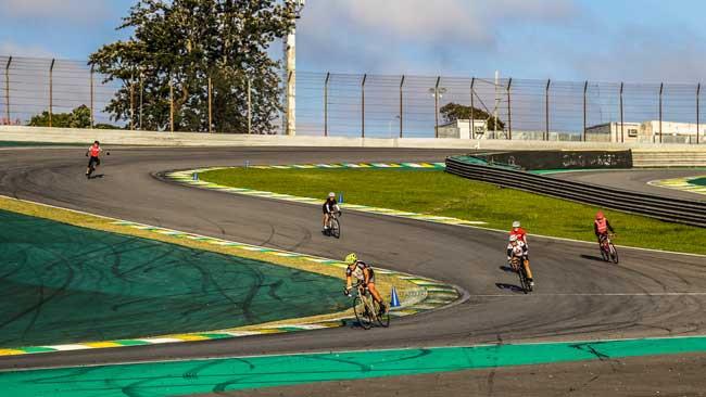 Ciclistas em ação no S do Senna / Sergio Borges - Bike Series