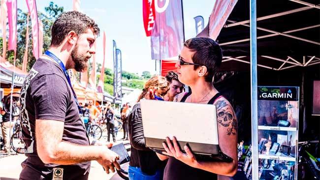Cliente e lojista conversando no SF do ano passado / Divulgação