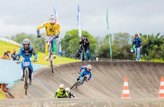 Atletas em ação no BMX Racing / Thiago Lemos/CBC