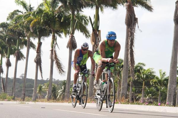 Atletas fazendo força no 70.3 Fortaleza  (Fábio Falconi/Unlimited SPorts)