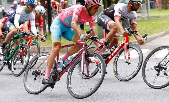 Vincenzo Nibali pedalou com uma bicicleta rosa na última etapa do Giro D'Itália, referência à camisa rosa de líder geral que conquistara na véspera: campeão pela 2ª vez | AFP