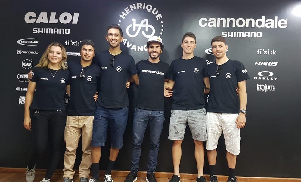 Equipe reunida na nova loja do Henrique Avancini / Felipe Almeida