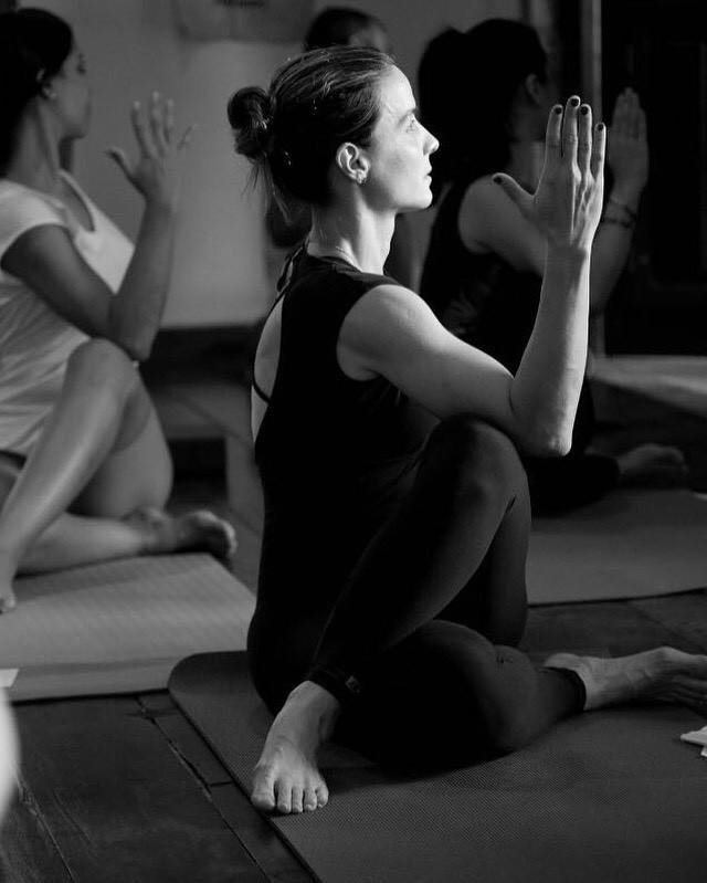 Adriana Dex durante a prática do Yoga / Divulgação