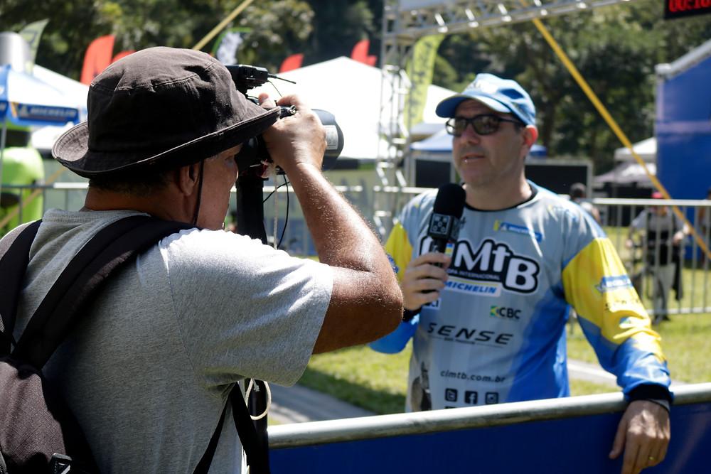Rogério Bernardes dando entrevista na CIMTB / Márcio de Miranda - Planeta da Bike