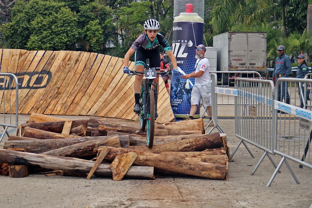 Giuliana em ação no Short Track / Márcio de Miranda - Planeta da Bike