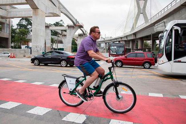 Schwarzenegger passeia de bike por ciclovia de SP