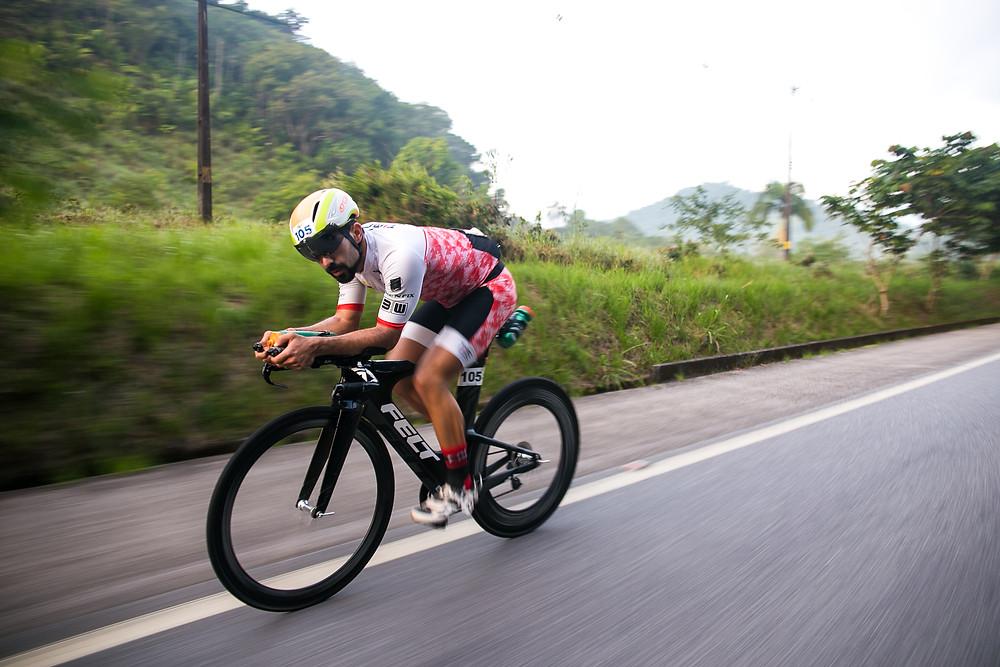 Filipe Aragão fazendo força no pedal / Sandra Guedes - divulgação UB515