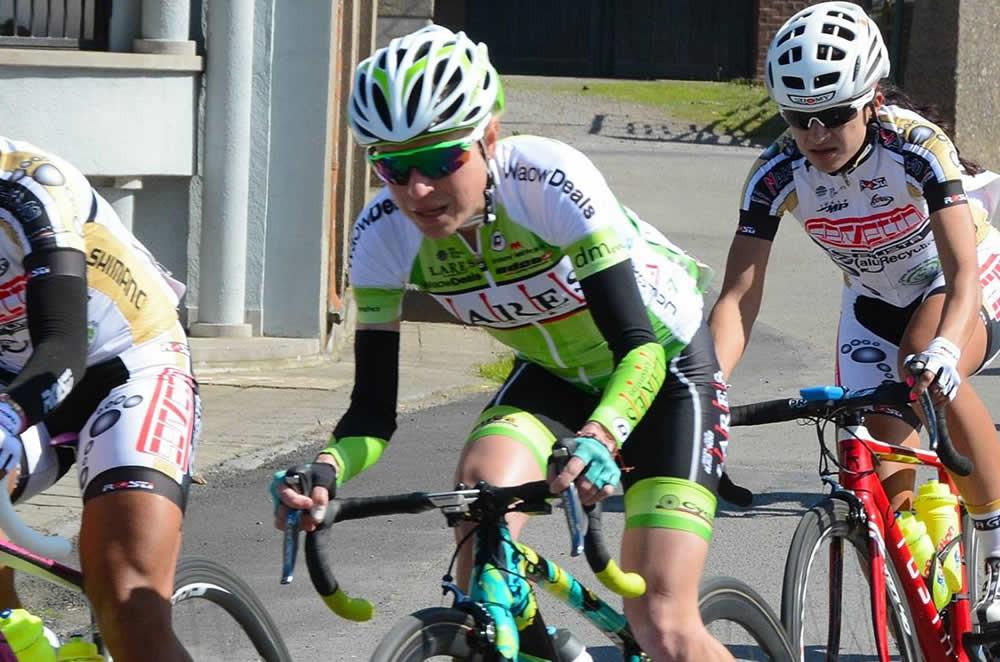 Flávia Oliveira (ao centro) na La Flèche Wallonne Femmes deste ano / Divulgação