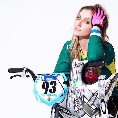 Priscilla Steveaux é um dos destaques no BMX feminino /  Rubens Shiromaro.jpg