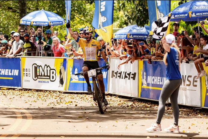 Henrique Avancini e Raíza Goulão vencem a Maratona da CIMTB Michelin