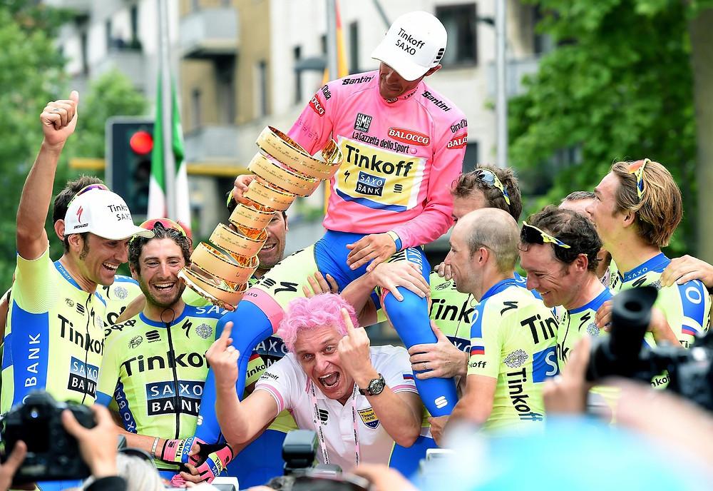 Oleg (de cabelo rosa) comemorando o título de Alberto Contador (de camisa rosa) no do Giro de Itália 2015 / Divulgação Tinkoff