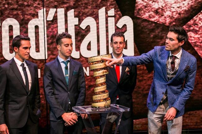 Dumolain fazendo uma graça com seu nome no troféu / Divulgação