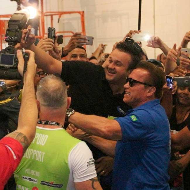 Arnold fez a festa do fãs / Reprodução Facebook