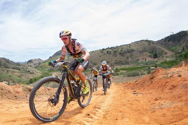 Avancini puxa forte na subida (Marcelo Rypl / Brasil Ride)